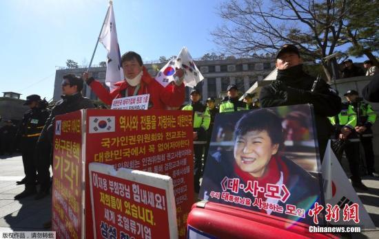 当地时间2017年2月27日,韩国首尔,韩国宪法法院召开朴槿惠弹劾案的最后一次法庭辩论,亲政府和反政府示威者在宪法法院集会。