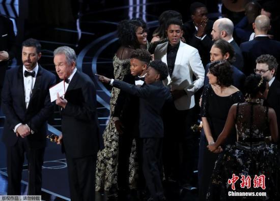 《月光男孩》主创人员上台领奖。