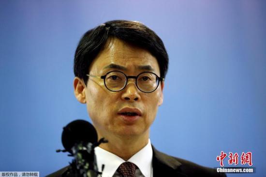 """当地时间2017年2月28日,韩国首尔,特别检察官发言人Lee Kyu-chul发言。在延长调查时间的申请被驳回后,韩国特检组对""""亲信门""""的调查告一段落。当日下午,负责调查韩国总统亲信干政事件的特检组举行发布会,将以行贿罪起诉三星副会长李在镕。"""