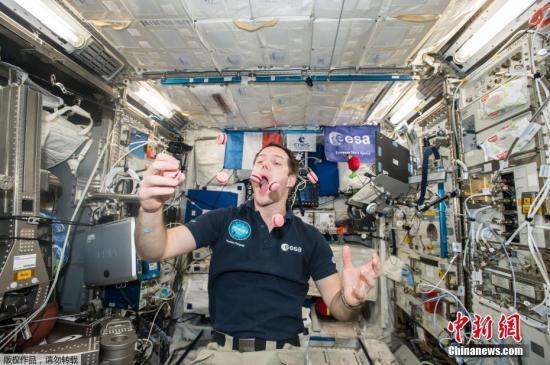 資料圖:法國宇航員Thomas Pesquet在國際空間站吃特制馬卡龍。