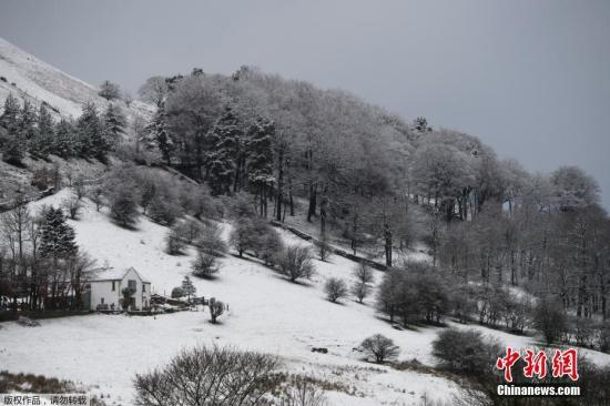 资料图:被皑皑白雪覆盖的山丘和田野。