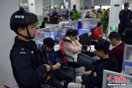 """资料图:2017年2月28日,广东警方集中开展""""飓风1号""""专案收网行动,成功摧毁侵犯公民个人信息犯罪团伙6个。中新社发 警方资料图片"""
