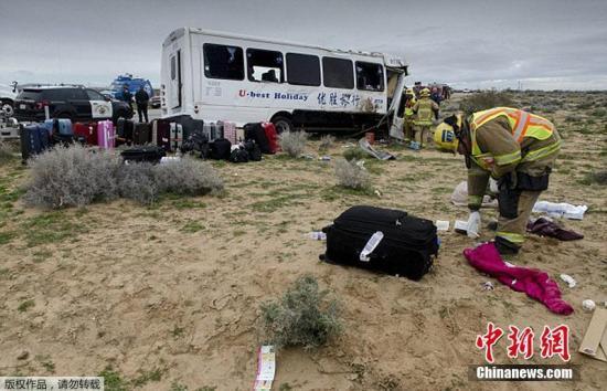 资料图:当地时间2月27日中午,位于美国南加州圣伯纳汀诺县Kramer附近的58号公路发生一死多伤重大车祸,涉事的中巴旅行车为华人巴士公司所有,车上的游客也为中国游客。