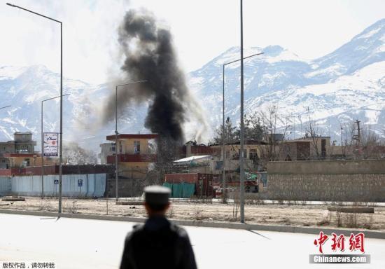 当地时间3月1日,阿富汗军队和塔利班在喀布尔发生交火,现场浓烟滚滚。据悉,袭击者使用汽车炸弹进行自杀式袭击,目标为第6警区的警察局大楼,该建筑紧邻一所军事院校。塔利班组织宣称制造了袭击事件。目击者说,爆炸发生后,安全人员与武装分子在现场展开持续交火。