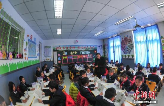 资料图:3月1日,辽宁沈阳,学生在教室上语文课。中新社记者 于海洋 摄