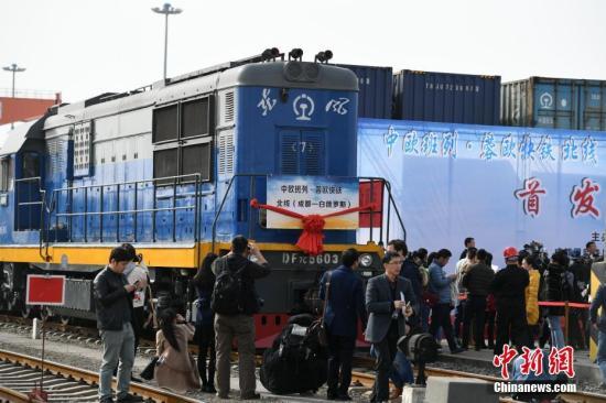 """3月1日下午,搭载着41个集装箱货物的中欧班列""""蓉欧快铁""""从成都青白江国际铁路港驶出。中新社记者 张浪 摄"""