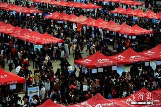 3月2日,云南省2017年医药类高校毕业生和毕业研究生双向选择洽谈会在昆明的云南中医学院举办。本届招聘会有450多家招聘单位参加,提供了8000多个应聘岗位。图为双选会现场。 中新社记者 李进红 摄