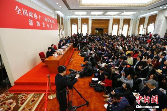 3月2日,全国政协十二届五次会议新闻发布会在北京人民大会堂举行。记者 富田 摄