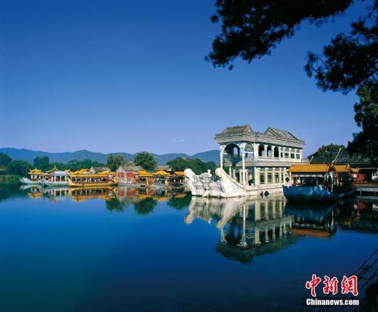 资料图:颐和园万寿山西麓岸边的白石石舫及游湖艇。 于云天 摄 图片来源:CTPphoto
