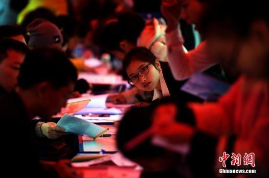 3月2日,云南省2017年医药类高校毕业生和毕业研究生双向选择洽谈会在昆明的云南中医学院举办。本届招聘会有450多家招聘单位参加,提供了8000多个应聘岗位。图为应聘者填写信息。 中新社记者 李进红 摄