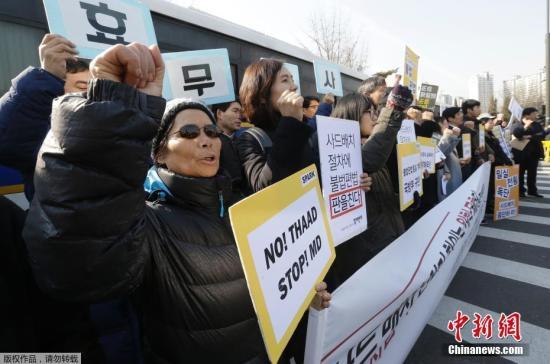 """当地时间2月28日,韩国首尔,韩国民众在国防部外举行集会抗议部署""""萨德""""。当天,韩国国防部宣布与乐天集团就""""萨德""""用地正式签署换地协议,遭到韩国团体和民众的强烈反对。"""