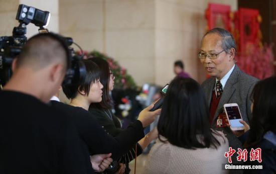 3月2日,参加十二届全国人大五次会议的澳门代表团抵达北京。图为全国人大代表李沛霖接受媒体采访。记者 杨可佳 摄