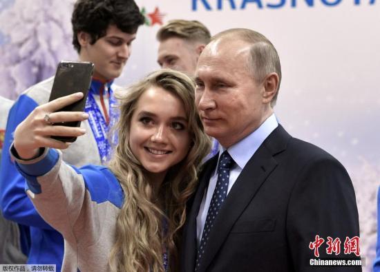 当地时间2017年3月1日,俄罗斯克拉斯诺亚尔斯克,俄罗斯总统普京现身第28届世界大学生冬季运动会,在Biathlon学院与运动员合影自拍。