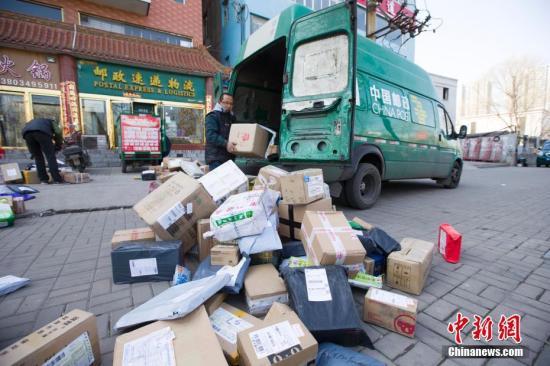 资料图:一家中国邮政速递物流网点门口。张云 摄