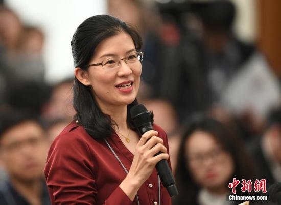 3月2日,全国政协十二届五次会议新闻发布会在北京人民大会堂举行。图为记者路梅在发布会上提问。记者 侯宇 摄