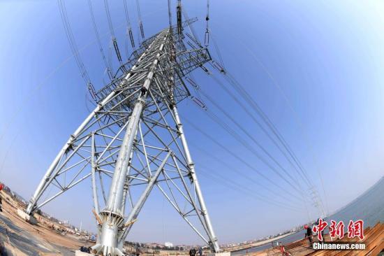 资料图:3月2日,由福建送变电公司承建的湄洲湾第二电厂500千伏送出工程全面完。王东明 摄