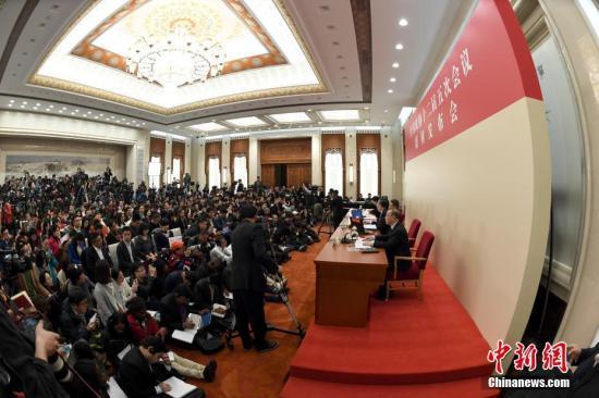 3月2日,全国政协十二届五次会议新闻发布会在北京人民大会堂举行,大会新闻发言人王国庆答中外记者提问。记者 侯宇 摄