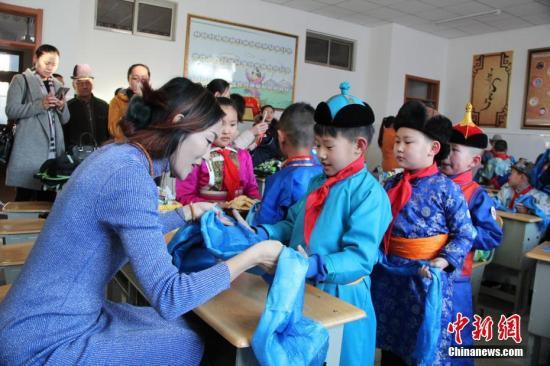 资料图:内蒙古开学季,蒙古style进校园。刘宝华 摄