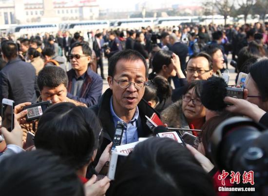 资料图 俞敏洪委员接受记者采访。记者 赵隽 摄