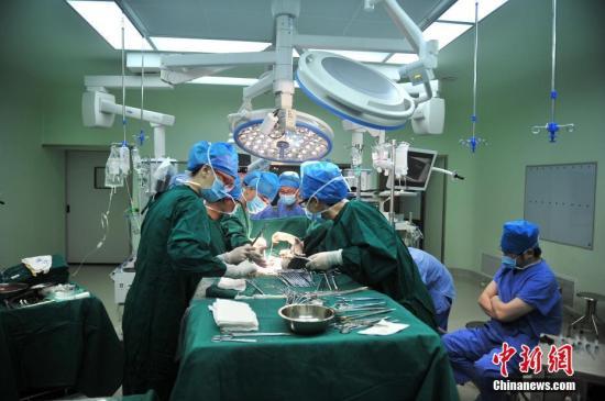资料图:心脏移植手术现场。 记者 刘冉阳 摄
