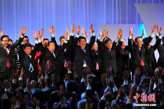 """日本自民党第84届大会3月5日在东京举行,正式决定将其党章中原先规定的""""最多2届6年""""的总裁任期,改为""""最多3届9年""""。藉此,现任日本首相安倍晋三,得以在明年秋季其任期届满后,连续第三次参选自民党总裁,从而打开其孜孜以求的长期执政之门。 中新社记者 王健 摄"""