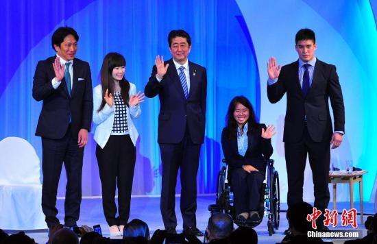 大会刻意邀请多名体育嘉宾捧场,以突显安倍有望连任至2020东京奥运。 中新社记者 王健 摄
