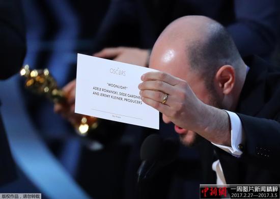 2月27日,第89届奥斯卡金像奖颁奖典礼在在美国洛杉矶杜比剧院举行。在揭晓奥斯卡最佳影片奖时,现场出现乌龙。由于颁奖嘉宾一时口误,错把《月光男孩》念成《爱乐之城》,最终《月光男孩》将最佳影片收入囊中。