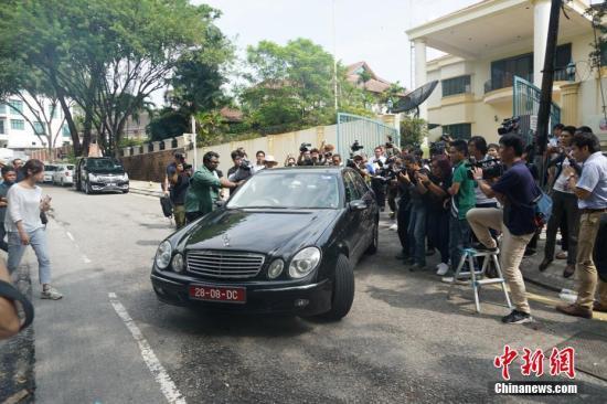 3月5日,大批记者守候在朝鲜驻马大使馆前。马来西亚政府4日决定驱除朝鲜驻马来西亚大使姜哲,并限其48小时离境。 <a target='_blank' href='http://www.chinanews.com/'>中新社</a>记者 赵胜玉 摄