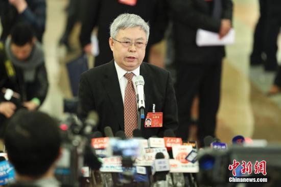 """3月5日,十二届全国人大五次会议在北京人民大会堂开幕。国务院扶贫办主任刘永富在""""部长通道""""接受采访。中新社记者 盛佳鹏 摄"""