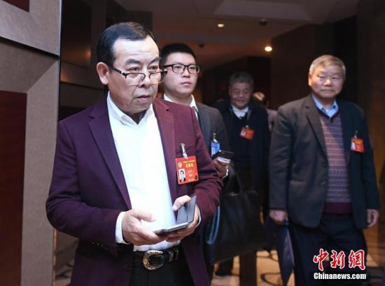 全国政协十二届五次会议分组讨论政府工作报告,左宗申委员(左一)出席。中新社记者 侯宇 摄