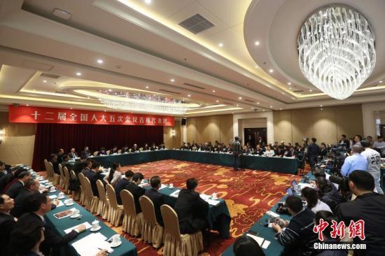 资料图:3月6日,十二届全国人大五次会议吉林代表团举行全体会议。记者 泱波 摄