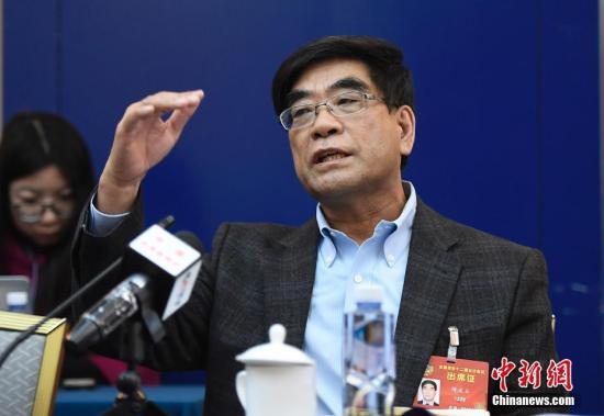 3月6日,全国政协十二届五次会议分组讨论政府工作报告,傅成玉委员发言。记者 韦亮 摄