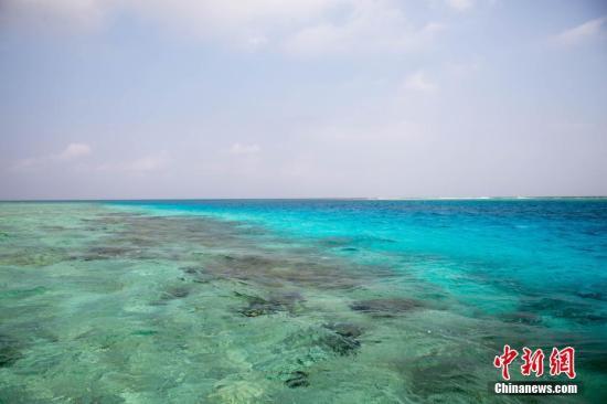 """近日,中新社记者随新投入西沙生态旅游航线运营的""""长乐公主""""游轮,进入西沙群岛永乐环礁,探访风景如画的西沙海域。图为西沙海域风光。中新社记者 洪坚鹏 摄"""