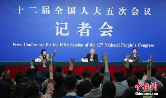 """3月7日,十二屆全國人大五次會議在北京梅地亞兩會新聞中心舉行記者會,邀請國務院扶貧辦主任劉永富就""""脫貧攻堅工作""""的相關問題回答中外記者的提問。記者 楊可佳 攝"""