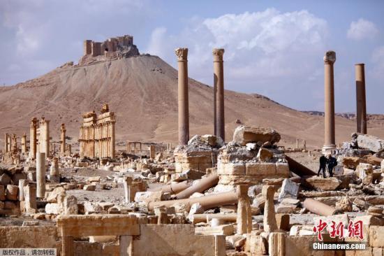 """3月4日在叙利亚中部古城巴尔米拉拍摄的被损毁的古罗马露天竞技场。叙利亚军方2日宣布,政府军当天成功收复叙中部古城巴尔米拉。""""伊斯兰国""""2015年5月攻占巴尔米拉。去年3月,叙政府军收复这座古城。去年12月,在政府军集中兵力收复北部重镇阿勒颇之际,""""伊斯兰国""""再次夺取巴尔米拉。巴尔米拉古城位于叙首都大马士革东北200多公里处,有2000多年历史,1980年被联合国教科文组织列入世界文化遗产名录。"""
