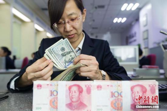 3月7日,中国人民银行公布数据显示,中国2月外汇储备30051.24亿美元,前值29982.04亿美元,结束连续7个月下滑,环比增加69.2亿美元。另外,2月末黄金储备报5924万盎司,与上个月持平。张云 摄