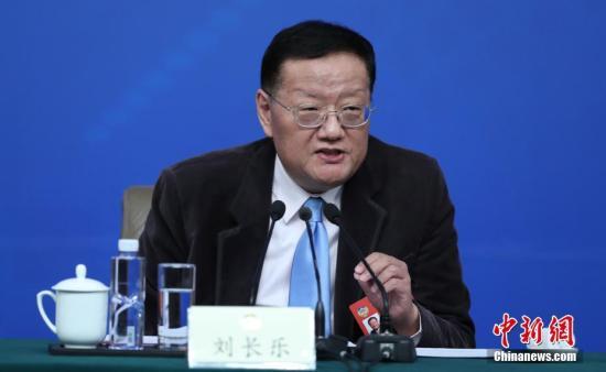 """3月7日,全国政协十二届五次会议在北京梅地亚两会新闻中心召开""""政协委员谈坚定文化自信讲好中国故事""""记者会。图为全国政协常委刘长乐回答记者提问。记者 杨可佳 摄"""