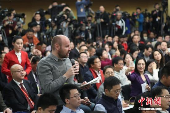 资料图 一名外国记者在现场提问。记者 泱波 摄