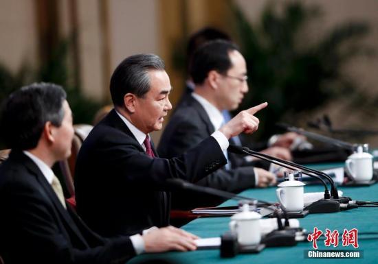 """3月8日,十二届全国人大五次会议新闻中心举行记者会,邀请外交部部长王毅就""""中国的外交政策和对外关系""""的相关问题回答中外记者的提问。 记者 杜洋 摄"""