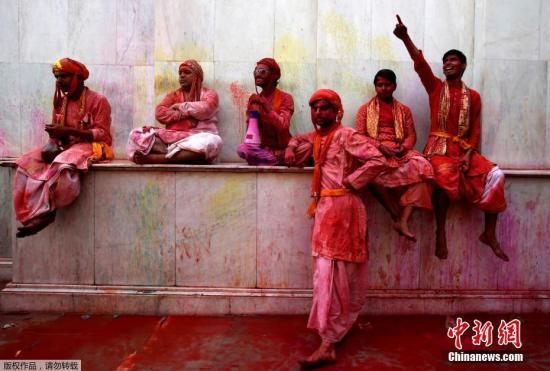 3月7日,印度民众庆祝胡里节,上演色彩狂欢。胡里节也叫洒红节是印度人和印度教徒的传统节日,其地位仅次于灯节,也是印度传统新年(新印度历新年于春分日),时间是每年的印度历12月的月圆之夜。胡里节象征着冬天结束,万物复苏的春天已经到来,同时也象征着正义对邪恶的胜利。现在,胡里节已演变成人们消除误解和怨恨,捐弃前嫌,重归于好的节日。