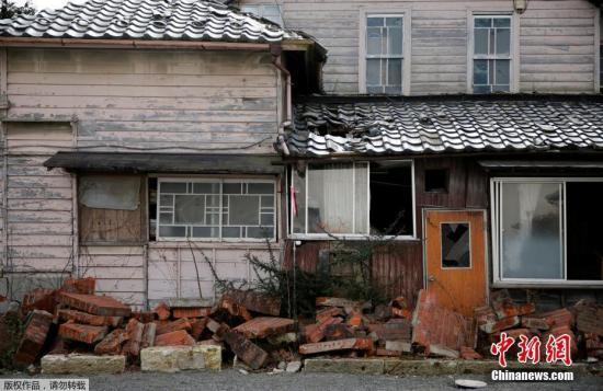 资料图:图为2011年的海啸中被毁的福岛县的民房。