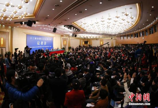 """3月8日,十二届全国人大五次会议新闻中心举行记者会,邀请外交部部长王毅就""""中国的外交政策和对外关系""""的相关问题回答中外记者的提问。记者 杜洋 摄"""