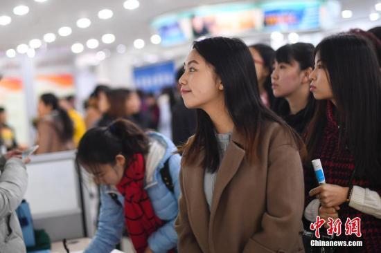 3月8日,山西太原举行女性专场招聘会,众多求职者现场认真研究招聘信息,寻找适合自己的工作。(图文无关)中新社记者 武俊杰 摄
