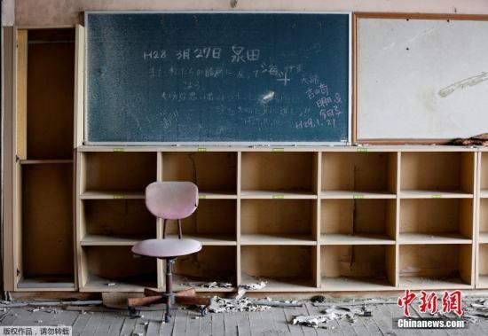 福岛奈美惠镇上一所小学,人去楼空,一片荒凉。