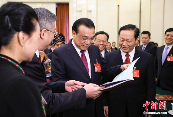 3月8日,中共中央政治局常委、国务院总理李克强参加十二届全国人大五次会议广西代表团的审议。 记者 刘震 摄