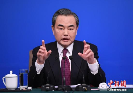 """3月8日,十二届全国人大五次会议新闻中心举行记者会,邀请外交部部长王毅就""""中国的外交政策和对外关系""""的相关问题回答中外记者的提问。记者 侯宇 摄"""