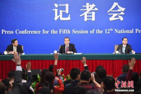 """3月8日,十二届全国人大五次会议新闻中心举行记者会,邀请外交部部长王毅就""""中国的外交政策和对外关系""""的相关问题回答中外记者的提问。 记者 侯宇 摄"""