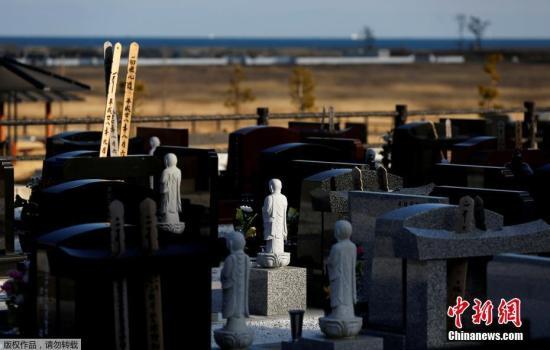 被海啸摧毁的墓碑和石像如当年灾难发生时一样守候在此。