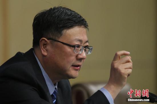 """3月9日,十二届全国人大五次会议在北京梅地亚两会新闻中心举行记者会,邀请环保部部长陈吉宁就""""加强生态环境保护""""的相关问题回答中外记者的提问。记者 泱波 摄"""