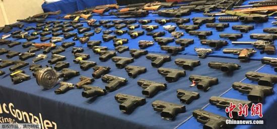 当地时间2017年3月8日,美国纽约警方宣布,经过为期8个月的调查,布鲁克林历史上最大的枪支走私案告破,警方共缴获217支枪支,24名嫌犯被起诉。报道称,从2016年6月到上个月的行动中,纽约警方共缴获217支手枪、半自动步枪和攻击性武器。24名嫌犯中大部分为弗吉尼亚州居民,1人来自布鲁克林,1人来自华盛顿市。警方称其中许多人为黑帮成员。据悉,布鲁克林区的枪支买家通过枪支走私团伙,最多花费1200美元购买一把手枪,或者最多2200美元购买攻击性武器。据介绍,这一枪支走私团伙的核心成员是3名弗吉尼亚居民,他们和其他7名被告被诉非法运输枪支到纽约,并在布鲁克林和曼哈顿街道上贩卖。